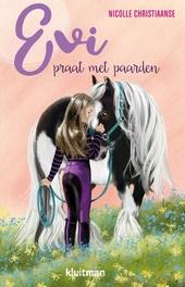 Evi praat met paarden