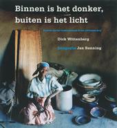 Binnen is het donker, buiten is het licht : kroniek van het naakte bestaan in een Afrikaans dorp