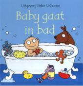 Baby gaat in bad